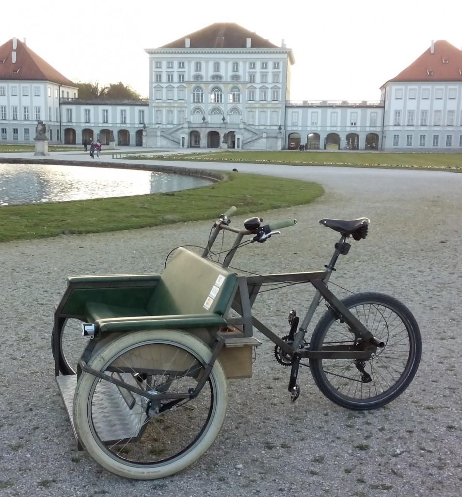 Meine Rikscha vor dem Schloss Nymphenburg